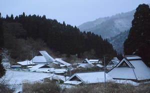 この冬初めて雪化粧した京都市北部の山里(2020年12月15日午前7時10分、京都市左京区花背別所町)