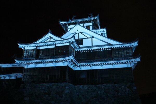 医療従事者らへの感謝を示すため、青色に照らされた福知山城(福知山市内記)