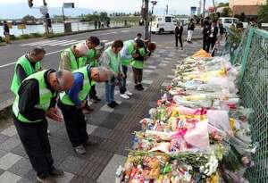 事故翌日の夕方になっても訪れる人が途絶えない事故現場。献花台には花束や菓子が積み上がっていた(9日午後4時11分、大津市大萱6丁目)