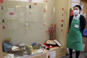 右京中央図書館のディスプレーを2008年から毎月飾り付けてきた文字さん(京都市右京区)