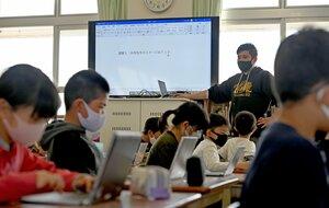 授業でタイピングに挑戦する児童(4月15日、京都市中京区・朱雀第四小)
