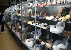人形や面など、さまざまなおかめのコレクションが並ぶ本堂(京都市上京区・千本釈迦堂)