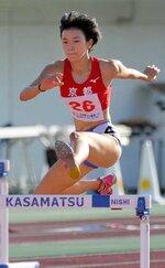 少年女子共通400メートル障害決勝 大会新記録の57秒77で優勝した京都の山本(茨城県ひたちなか市・笠松運動公園陸上競技場)