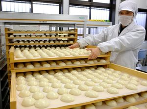 地元産のもち米を使い、次々とできあがった正月用の餅(南丹市園部町)