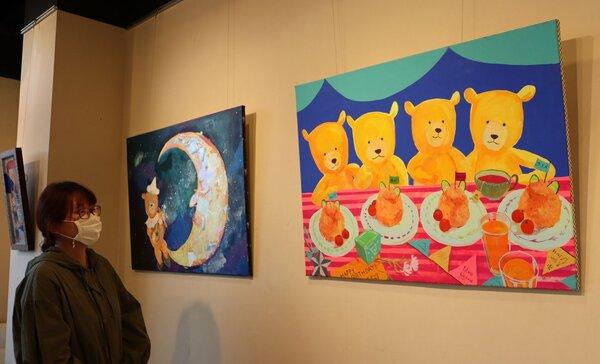 熊のぬいぐるみをモチーフにした絵が並ぶ会場(京都市東山区・集酉楽サカタニ)