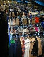 レンタル用の衣料品が並ぶブリスタの倉庫。コロナ禍で在庫を抱えるアパレルからの商談が増えている(草津市)
