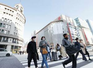 東京・銀座をマスクをつけて歩く人たち。観光客があまり見られなかった=21日午後
