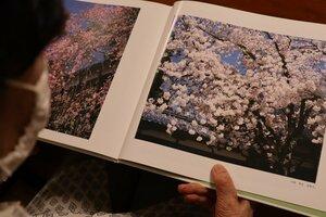 夫の継男さんが撮りためた作品を収録した「四季の彩―遺作集」。江口さんが供養の意味も込めて自費出版した