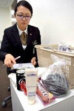 外国人客らの忘れ物。海外への配送は規制への対応や手続きなどで手間がかかる(京都市中京区・ソラリア西鉄ホテル京都プレミア)
