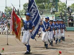 開会式で元気よく入場行進する選手たち(京都府宇治市・太陽が丘球場)