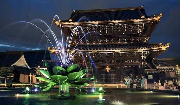 2017年に初めてライトアップされた東本願寺の御影堂門(京都市下京区)