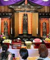 33年ぶりに公開された「十一面観世音菩薩像」(中央)を鑑賞する人たち=京都府南丹市日吉町中世木
