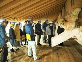 根本中堂の軒下にある巨大な組み物を間近に見る参加者たち(大津市・延暦寺)