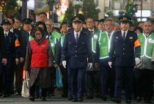 年末年始の特別警戒で、東京・歌舞伎町を巡視する警視庁の三浦正充警視総監(前列中央)ら=20日午後