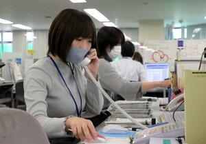 電話応対する職員。緊急事態宣言の再発令で電話での相談依頼も増えているという