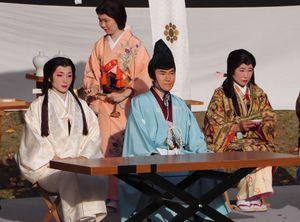 婚礼の儀に臨む玉と忠興役を務めた中川さん夫妻(前列左と中央)=長岡京市勝竜寺・勝竜寺城公園