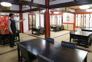 学校が臨時休校となった児童に、自習室として開放する料亭の客間(京都市中京区・神泉苑平八)