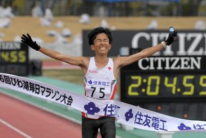 2時間4分56秒の日本新記録で優勝した鈴木(28日午前11時19分、大津市・皇子山陸上競技場)
