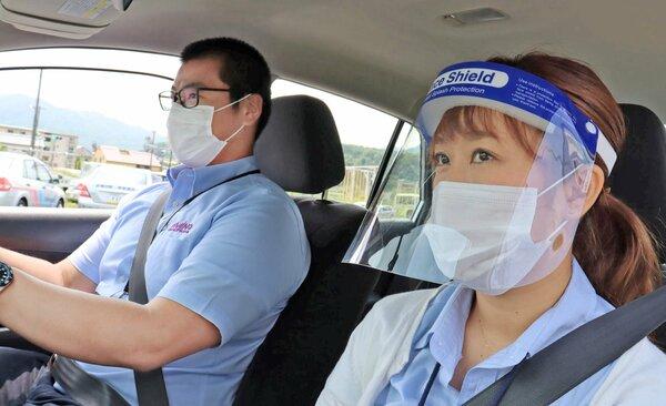 マスクとフェースシールドを付け指導する職員(与謝野町弓木)