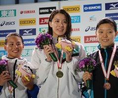 女子200メートル個人メドレーで優勝し、笑顔を見せる大橋(中央)=東京辰己国際水泳場
