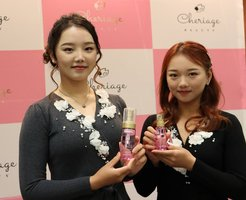 三洋化成工業が販売する化粧品を手にする石姉妹(京都市東山区・三洋化成工業)