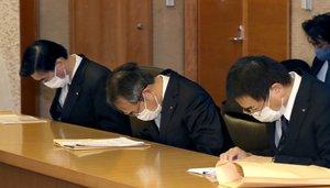 金品受領問題について面会の冒頭で頭を下げる関西電力の森本社長(中央)ら=15日午前9時16分、京都市上京区・府庁