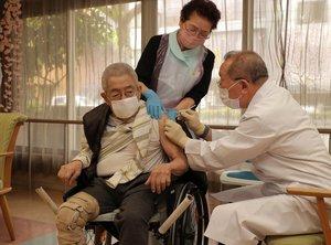 新型コロナウイルスのワクチン接種を受ける高齢者(12日午後1時28分、京都市左京区・特別養護老人ホーム花友しらかわ)