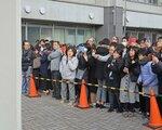 合格発表の掲示板に見入る受験生や保護者ら(京都市中京区・市立西京高付属中)