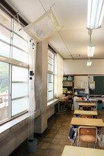 老朽化による雨漏りに、手作りのビニール覆いで対応している第二大山崎小の教室(大山崎町円明寺)