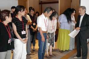 迎賓館の建築について解説する佐藤さん(右)=京都市上京区
