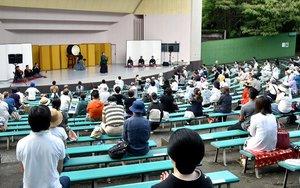 間隔を空けつつ、久しぶりの伝統芸を楽しむ観客たち。吉蔵さんの舞踊では長唄が響き渡った(27日午後4時43分、京都市東山区・円山公園音楽堂)
