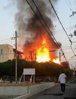 炎を上げて燃える住宅(18日午前6時半ごろ、向日市上植野町円山)=読者提供