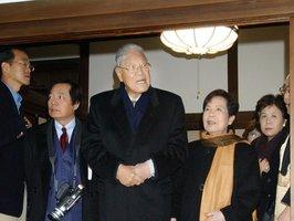 銀閣寺を訪れた台湾の李登輝・元総統(中央、2004年12月31日)