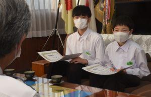 感謝状を手に男児を保護した状況を振り返る平山さん(左)と福井さん=草津市大路2丁目・草津署