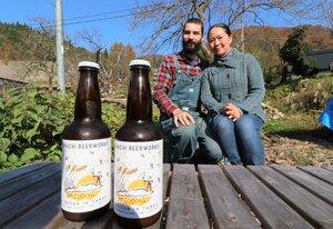 丹後の自然をイメージしたラベルを貼ったビール「A SAISON IN TANGO」とコードロンさん夫妻(宮津市上世屋)
