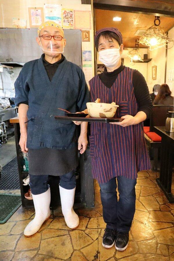 夫婦で店を切り盛りする市田彰さん(左)と千代美さん。「宮津の思い出になってもらえれば」と話す=宮津市鶴賀