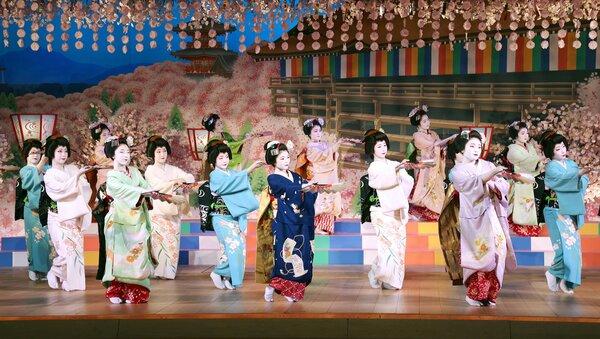 芸舞妓が華やかな総踊りを披露した「京おどり」の千秋楽(2021年4月11日午後、京都市東山区・宮川町歌舞練場)