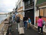 予約した簡易宿所に向かって鴨川沿いを歩く中国人観光客の家族連れ(京都市下京区)