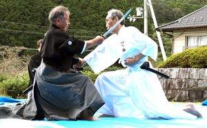 無外流居合兵道の技を披露する剣士ら(滋賀県甲賀市甲南町上馬杉・油日神社)