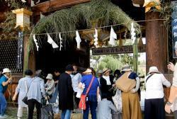 カヤが抜かれ、下半分の青竹がむき出しになった大茅の輪(京都市上京区・北野天満宮)