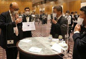 報道陣に公開したニューノーマル宴会。エチケットリーダーの男性(中央左)がマスク着用を呼び掛ける=京都市下京区・ホテルグランヴィア京都