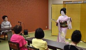 旅館でマウスシールド姿での芸妓の舞を観賞する地元客ら(京都市下京区・なごみ宿 都和)