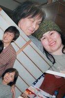 佐保重子さん(上、左下)との思い出の写真を重ねた。輝之さん(左上)とひかるさん(右)が笑顔を見せる