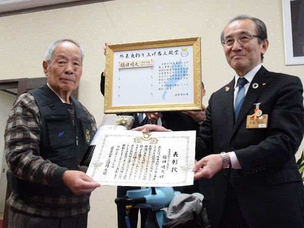 西嶋副知事(右)から表彰状を受け取る越田さん=滋賀県庁