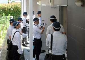 青葉容疑者の自宅アパートに家宅捜索に入る京都府警の捜査員(26日午前9時半、さいたま市見沼区大和田町1丁目)