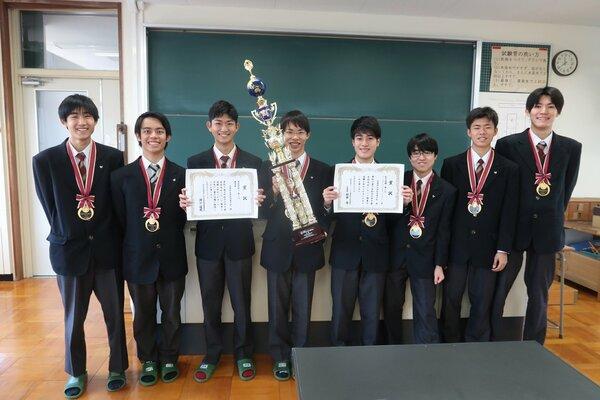 科学の甲子園で優勝しトロフィーや賞状を持つ洛北高のメンバー(京都市左京区・同高)
