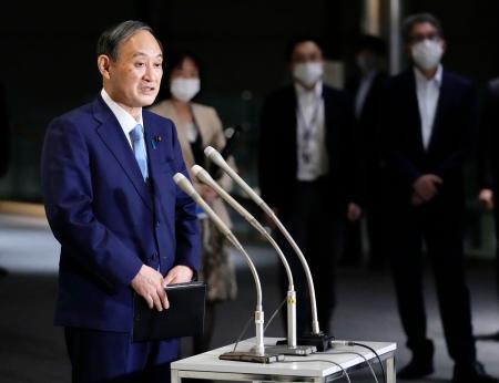 新型コロナウイルス対応の関係閣僚会議を終え、報道陣の取材に応じる菅首相=13日午後、首相官邸