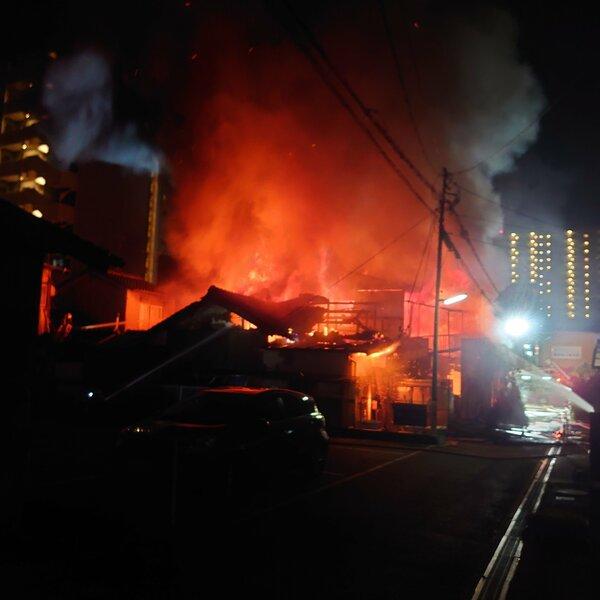 勢いよく火の手が上がる鮮魚店付近(30日午前2時26分、大津市栄町)=住民提供
