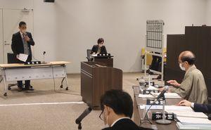 京都市の厳しい財政運営について各会派の議員が門川市長(右)に質問した市議会決算特別委員会の総括質疑=中京区・市役所