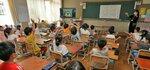 オンラインでの始業式で画面の清川校長に手を振る児童たち(24日午前8時54分、京都市伏見区・深草小)